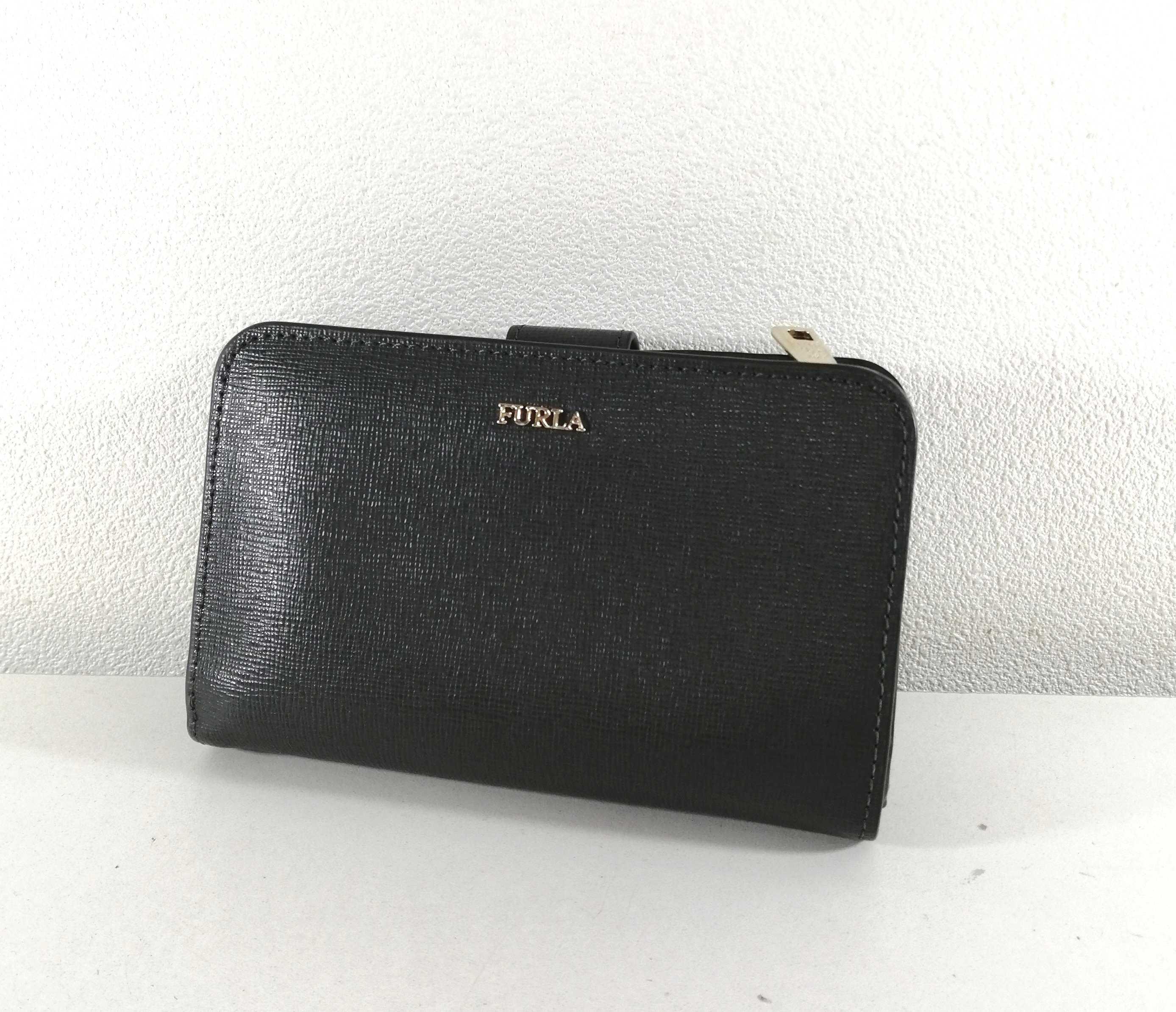ロゴプレート付き二つ折り財布 フルラ|FURLA