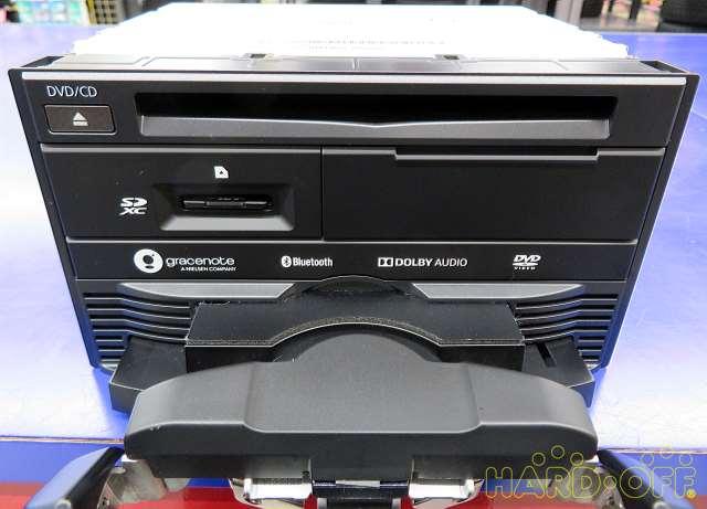 モニターを手動で倒しディスク出し入れ可能