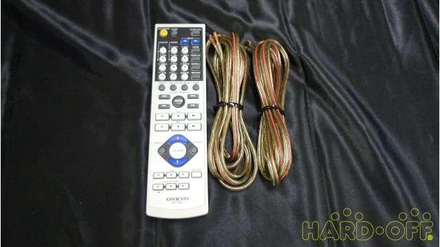 リモコンとスピーカーケーブルが付属します。説明書とラジオアンテナは欠品しています。