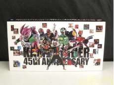 仮面ライダー 生誕45周年記念ソング&変身ベルト型ピンバッジ|BANDAI